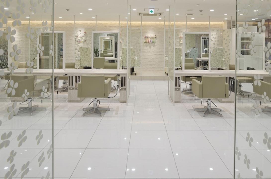 白を基調とした明るい店内◎居心地の良い上質な空間
