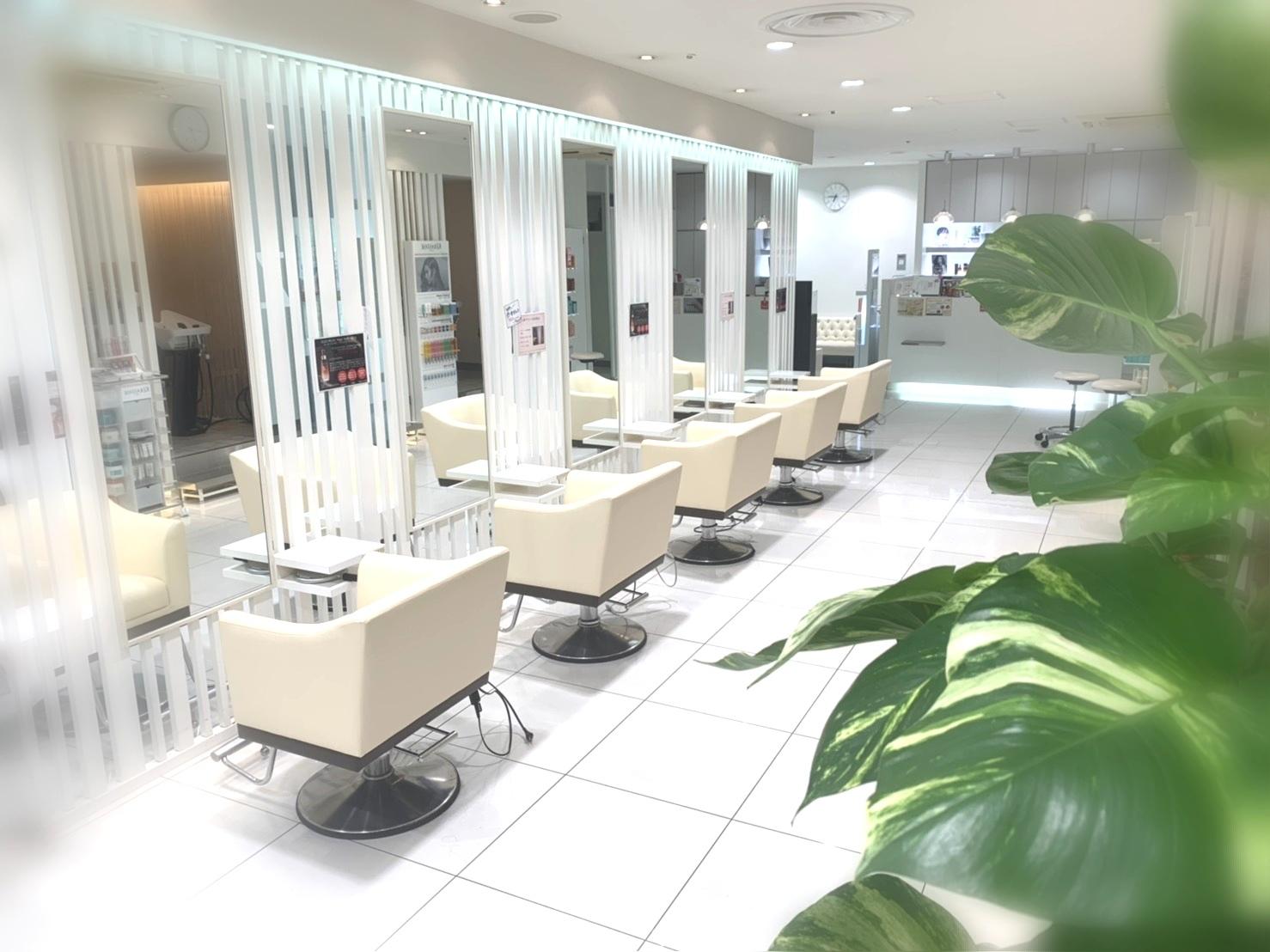 白を基調とした清潔感のある上質な空間で居心地抜群◎本物志向の大人女性に人気のサロンです。