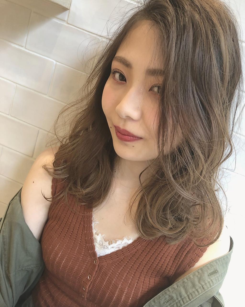 日本人の髪に出やすい赤みを抑えるアッシュ系・マット系の寒色カラーでアンニュイな透明感を演出◎