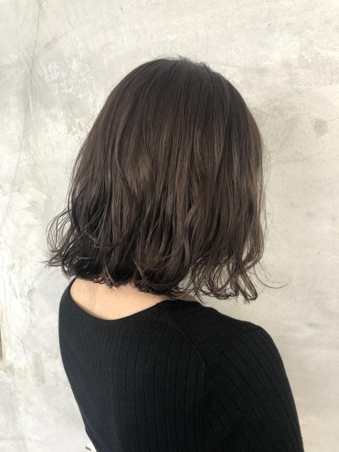 SET-UPのグレイカラーは、白髪カバーをしながら透明感やハイトーンも叶えられます。