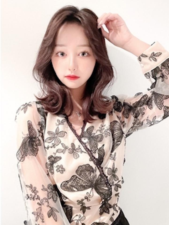 トレンドの<韓国風レイヤースタイル>で顔周りの印象をコントロールして褒められヘアを実現します。