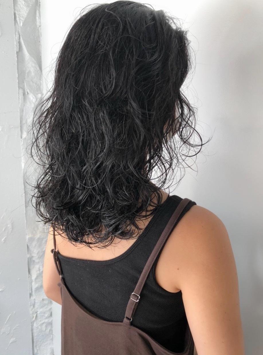 こなれ感を出すナチュラルなウェーブスタイルで、風に揺れる柔らかいヘアを叶えます。