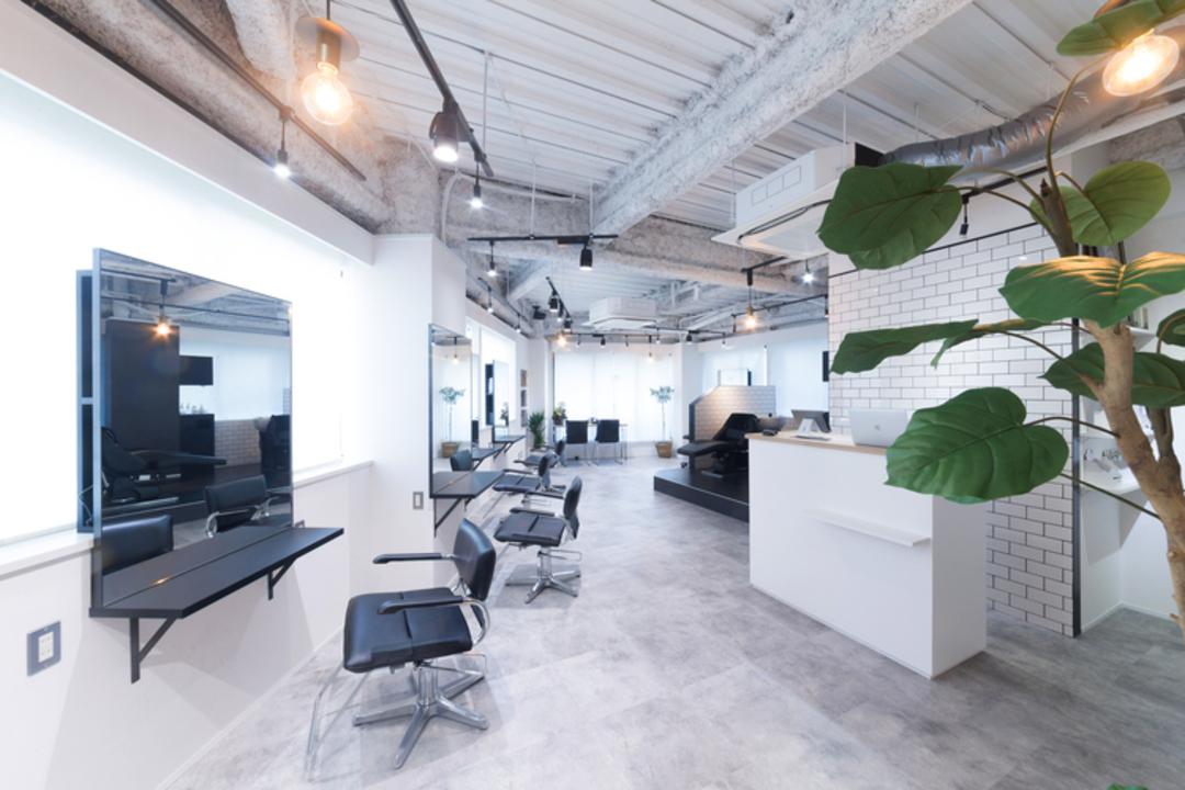 白と黒を基調としたシックな雰囲気と自然光の差し込む明るい店内空間で居心地の良いサロンです◎