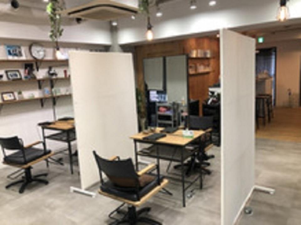 オフィスにも最適な、透明感のある抜け感カラーが人気