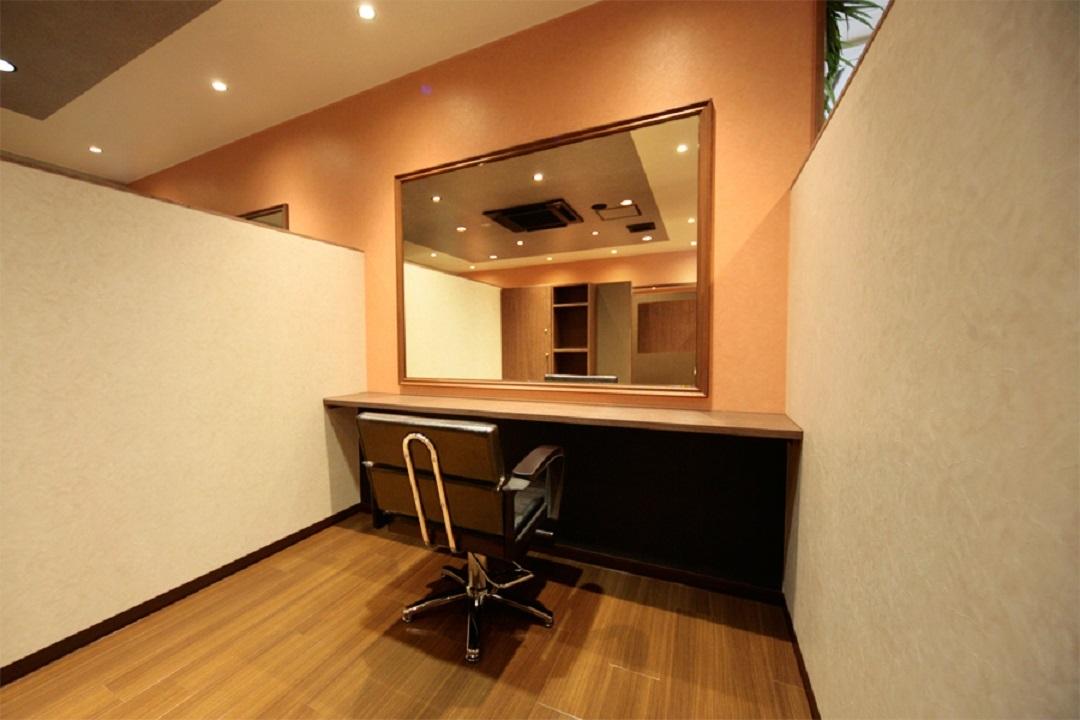 広々としたソファのある待合室でお待ちいただいた後、あなただけの個室空間にご案内いたします。